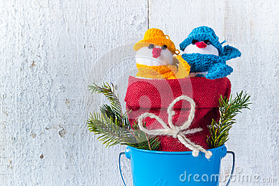 I pupazzi di neve si imbarcano sul duo di legno della peluche dell inverno di Natale