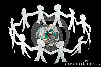 I ritagli di carta della gente cantano e ballano intorno al globo