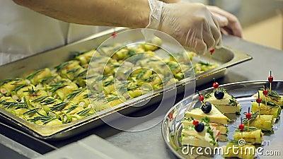 I servizi di approvvigionamento del cuoco unico, i guanti eliminabili, disposizioni hanno arrostito gli spuntini dallo strato di  archivi video