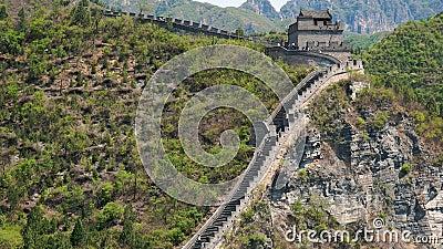 I Turisti Camminano Lungo La Grande Muraglia Cinese In Una Domenica Giorno D'Estate video d archivio