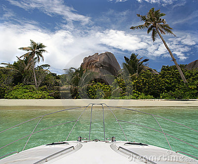 Iate e praia tropical do console do paraíso.