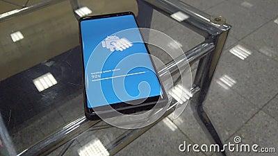 Icône de logo d'Android Robot sur l'écran Smart Phone pendant l'installation de la mise à jour banque de vidéos