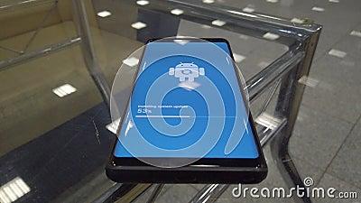 Icône de logo d'Android Robot sur l'écran Smart Phone pendant l'installation de la mise à jour clips vidéos