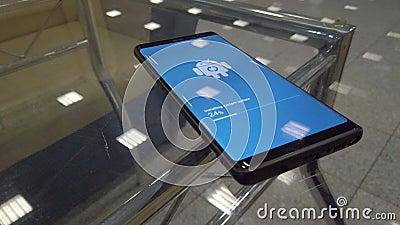 Icône du logo du robot Android sur l'écran du téléphone intelligent lors de l'installation de la mise à jour banque de vidéos