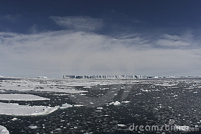 Iceberg tabulari in oceano