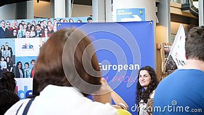 Ich bin europäisch und ich bin die stolzen Leute, die Fotos Guy Verhofstadt machen stock video