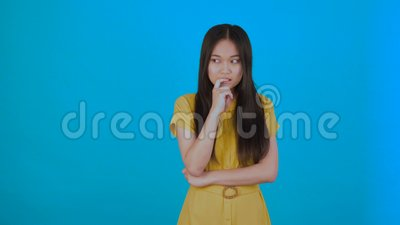 Ich habe eine Idee! Asiatisches Mädchen kam auf eine tolle Idee und ist glücklich und tanzend Isoliert auf blauem Hintergrund 4K stock footage