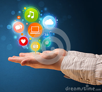 Icone di multimedia nella mano di una donna