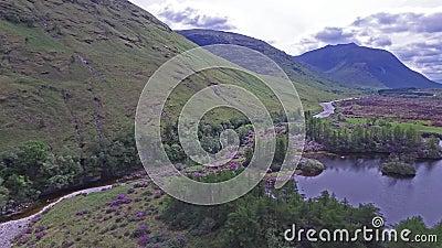 Ideia aérea da paisagem paradisal de Glen Etive filme