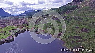 Ideia aérea da paisagem paradisal de Glen Etive video estoque