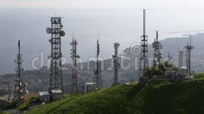 A ideia aérea das telecomunicações eleva-se com antenas e arquitetura da cidade no fundo filme