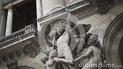 Ideia do close-up de relevos esculturais humanos na parede da catedral velha perto do arca a??o Edif?cios hist?ricos filme