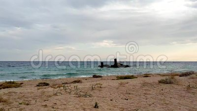 Idyllisch strand bij zonsondergang, wrak, in Epanomi, Griekenland stock videobeelden