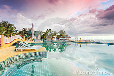 Idyllische zonsondergang op vakantie in Thailand