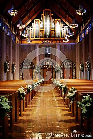 Iglesia adornada para una boda