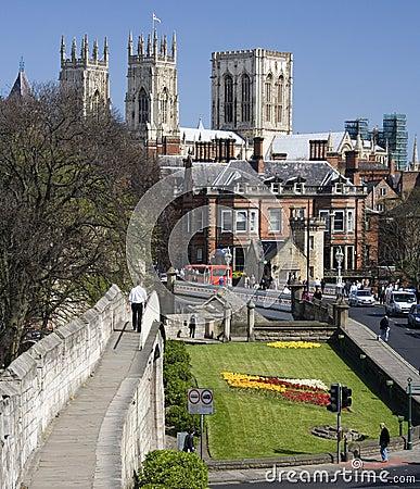 Iglesia de monasterio de York y pared de la ciudad - York - Inglaterra Imagen de archivo editorial