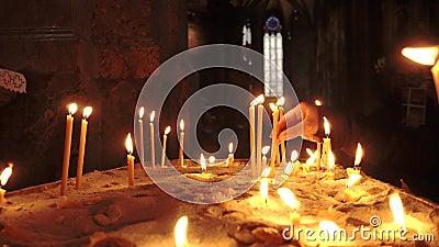 Ignite le candele nella chiesa cattolica di S. Stefano a Vienna, Austria archivi video