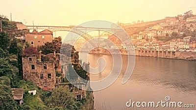 Igreja e rio dos edifícios abandonados Cidade antiga do Porto, ribeira promenade vídeos de arquivo