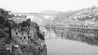 Igreja e rio dos edifícios abandonados Porto Preto e branco vídeos de arquivo