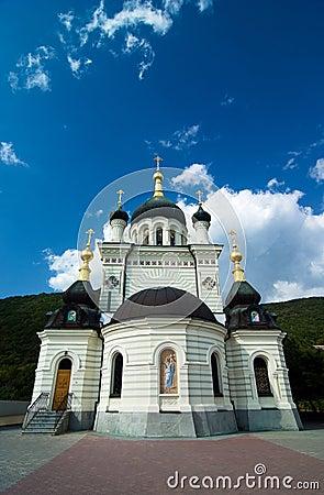 Igreja ortodoxa em Foros com céu e nuvens