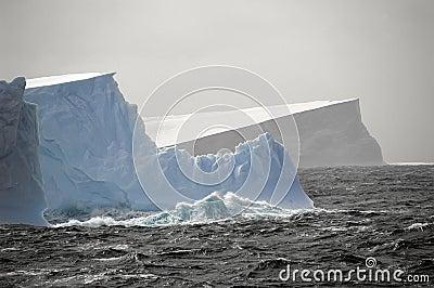 Ijsbergen in ruwe wateren