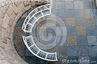 Ijzerbank in een halve cirkel stock fotografie afbeelding 33510092 - Halve cirkelbank ...