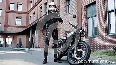Iker colocou capacete, fique em motocicleta perto do escritório, transporte seguro ou perigoso video estoque