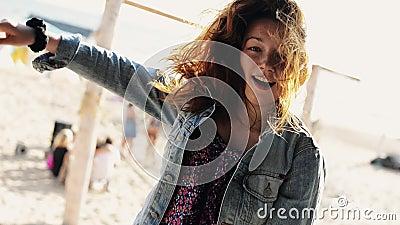 Il ballo felice della ragazza all'amaca sulla spiaggia sorride in camera Giorno pieno di sole carefree archivi video