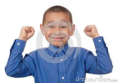Il bambino con i pugni si è alzato, vittoria