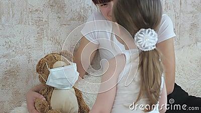Il bambino gioca in ospedale gioco finge di fare l'infermiere, veterinario, tratta un paziente immaginario Bambina carina stock footage