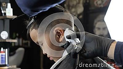 Il Barbiere In Guanti Neri Rade Delicatamente I Capelli Dietro Le