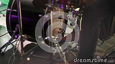 Il batterista gioca il tamburo dando dei calci al pedale Il piede del batterista muove il pedale basso del tamburo video d archivio