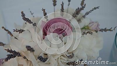 Il bello mazzo delle ortensie e della rosa bianche di rosa è nella sala archivi video