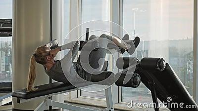 Il bello mezzo sportivo ha invecchiato la donna che fa gli esercizi per gli ABS video d archivio