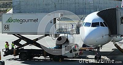 Il camion di Gate Gourmet consegna i pasti in Airbus A330 archivi video
