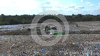 Il camion di immondizia va fra la cima dell'immondizia, vista aerea video d archivio