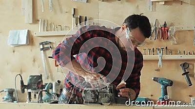 Il carpentiere spiana il legno stock footage