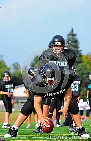 Il centro di football americano della gioventù passa la sfera Fotografia Stock Editoriale