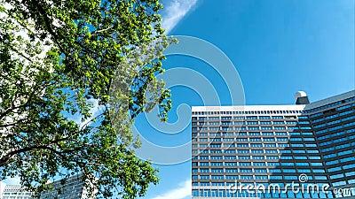 Il cielo sopra le costruzioni della città archivi video