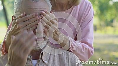 Il closing anziano di signora equipaggia gli occhi da dietro e sorridere, coppie senior allegre video d archivio