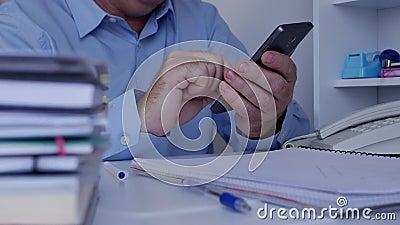 Il collegamento di Using Cellphone Wireless dell'uomo d'affari scrive e letto i messaggi archivi video