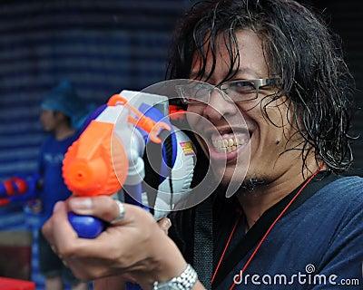 Il festaiolo tailandese di nuovo anno gode di una lotta dell acqua Fotografia Stock Editoriale