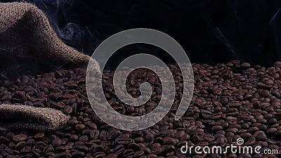 Il fumo viene dai chicchi di caffè su fondo nero archivi video