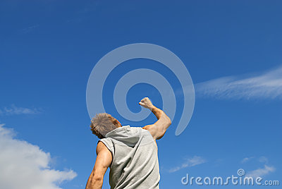 Il giovane sportivo con il suo braccio si è alzato nella gioia
