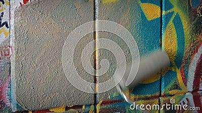 Il graffito è servizio alla comunità sovra- dipinto, migliorante il concetto della vicinanza archivi video