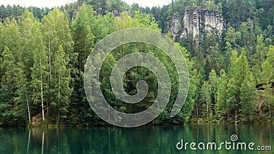 Il lago forest al Teplice Adrshpach oscilla alla repubblica Ceca video d archivio