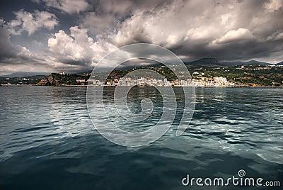 Il mare, il sole, nubi, pietre
