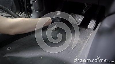 Il Master sta usando l'aspirapolvere per l'interno di pulizia dell'automobile, decollante la sporcizia vicino al sedile del condu video d archivio