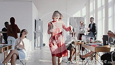 Il mezzo felice ha invecchiato il capo femminile caucasico cammina lungo l'ufficio moderno, colleghi sostiene il suo applauso, EP video d archivio