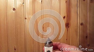 Il MOD RBA RDA di Vape vaporizza il e-succo del e-liquido con la mano video d archivio
